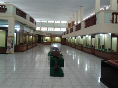 Museum Sang Nila Utama Lantai Dasar Tampak Begitu Banyak Lemari yang menyimpan Benda-benda bersejarah
